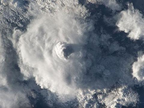 Cột mây khổng lồ vươn lên vũ trụ
