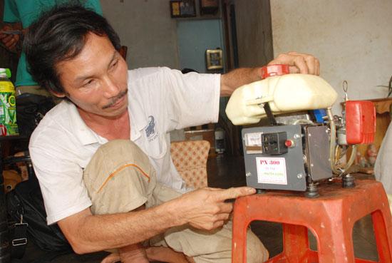 Người thợ điện chế tạo máy phát điện mini