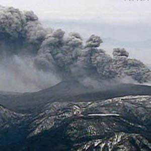 Hai núi lửa phun tại châu Á