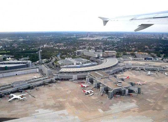Lắp đặt dãy các tấm năng lượng mặt trời tại sân bay Đức