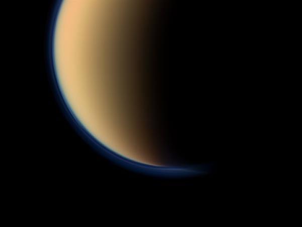 Ảnh vũ trụ: Sương mù xanh bao phủ mặt trăng Titan