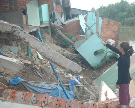 Phan Thiết: Sập hàng chục nhà do biển xâm thực