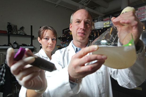 Dùng lớp màng sinh học làm sạch độc tố trong quá trình tái chế cát dầu