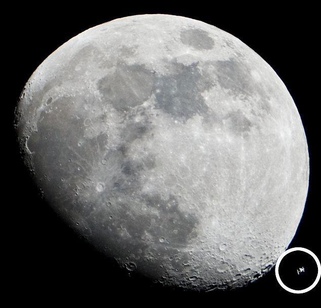 Trạm ISS bay qua Mặt trăng