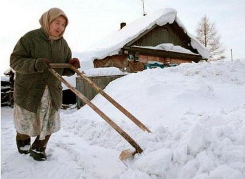 Cào tuyết để dọn đường vào nhà