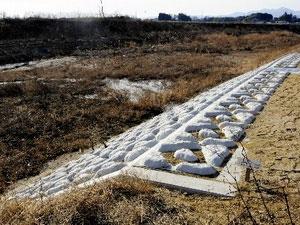 Đoạn đê phát hiện có nồng độ phóng xạ cao ở thành phố Motomiya, tỉnh Fukushima.