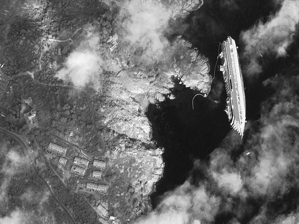 Hình ảnh con tàu du lịch sang trọng Costa Concordia bị lật ngoài khơi hòn đảo Giglio (Italia) được chụp từ vệ tinh.