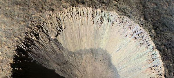 Camera HiRiSE trên tàu thăm dò sao Hỏa Reconnaissance của Cơ quan vũ trụ Mỹ (NASA) đã ghi lại hình ảnh sườn một miệng hố lớn trên hành tinh đỏ.