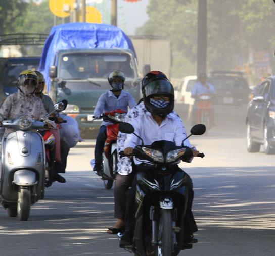 Mưa nhân tạo giảm bụi trên đường phố