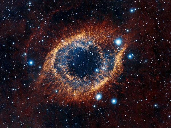Bụi vật chất và khí ga bao quanh tinh vân Helix sau khi một ngôi sao như hệ mặt trời của chúng ta đã ngừng hoạt động trong tinh vân này. Hình ảnh được ghi lại bởi kính thiên văn VISTA thuộc đài quan sát thiên văn Southern của châu Âu.