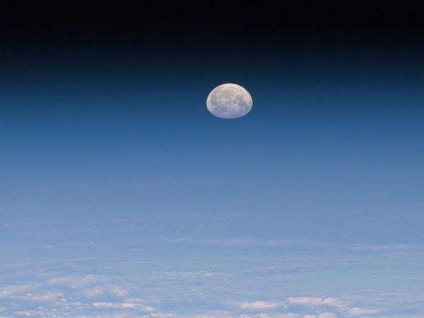 Mặt trăng dường như bị đắm xuống dưới bầu khí quyển Trái đất khi được quan sát từ Trạm không gian quốc tế (ISS) vào ngày 9/1.