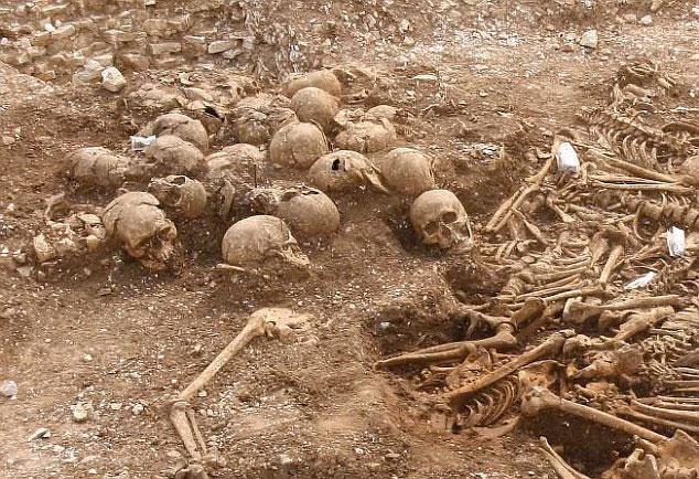 Những bộ xương không đầu của 54 người đàn ông trẻ đã khiến các nhà khảo cổ vô cùng kinh ngạc.