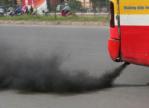 Nhiều xe buýt xả khói đen gây ô nhiễm môi trường.