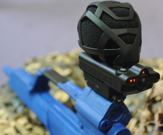 METRAVIB PEARL gắn trên súng, nổi bật là 1 micro thu âm, phân tích hướng bắn tới