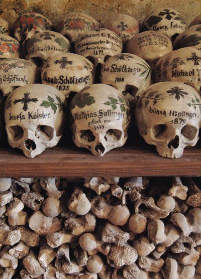 Những chiêc xương sọ được sơn chữ