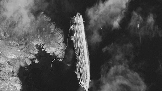 Hình ảnh này được chụp bởi vệ tinh WorldView-1 vào ngày 17-1, khi con tàu Costa Concordia bị chìm sâu vì đụng đá ngầm ngoài khơi bờ biển Isola Giglio, Ý. Thảm họa này đã cướp đi 32 sinh mạng trên tàu