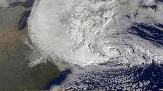 Hình ảnh này được chụp bởi vệ tinh GOES của NASA vào ngày 29-10, cho thấy cơn bão Sandy khuấy động ngoài khơi bờ biển phía đông của Mỹ. Bão Sandy đã cướp đi hơn 50 sinh mạng trong vùng biển Caribbean