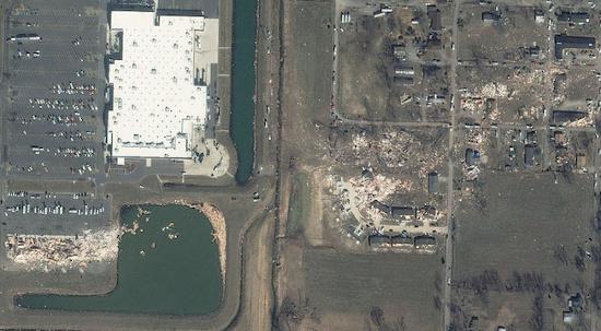 Bức ảnh chụp ngày 1/3, một ngày sau khi cơn lốc xoáy cấp 4 hoành hành trong thị trấn Harrisburg tại Illinois, Mỹ. Bức ảnh chụp được đường đi của cơn lốc xoáy từ tây sang đông, gây thiệt hại nhiều nhà dân và công trình, thậm chí cả Trung tâm y tế Harrisburg