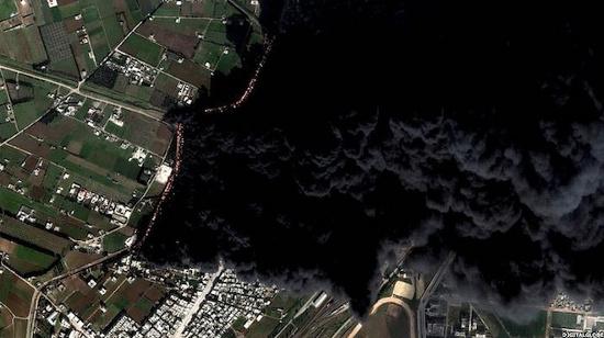 Khói bốc lên dày đặc từ đường ống dẫn dầu tại thành phố Homs, Syria vào ngày 15/2. Đường ống dẫn dầu này gần nơi kiểm soát của phiến quân và bị quân chính phủ cho nổ tung