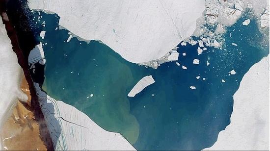 Trong tháng 7, một tảng băng có kích thước gấp 2 lần Manhattan bị tách khỏi sông băng Petermann, miền bắc Greenland. Tảng băng này có kích thước bằng một nửa tảng băng từng tách ra từ sông băng Petermann năm 2010