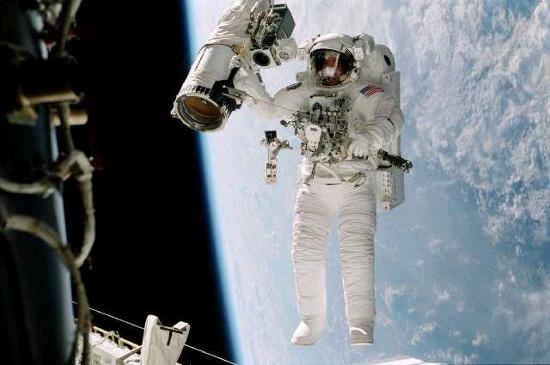 Một phi hành gia làm việc bên ngoài Trạm Không gian Quốc tế trên quỹ đạo trái đất.