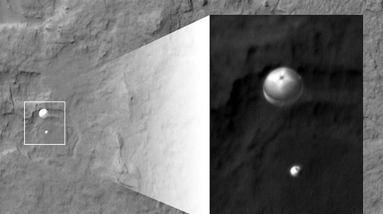 """Bức ảnh chụp lại cảnh robot """"Tò mò"""" nhảy dù xuống bề mặt của hành tinh Đỏ vào ngày 6/8"""
