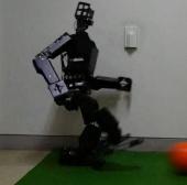 Robot đá bóng như người