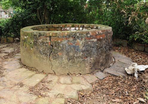 Toàn bộ thành và sân giếng được lát bằng gạch thành  nhà Hồ có chữ Hán cổ trên bề mặt.