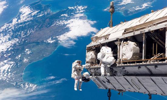 """Trong không gian, các nhà du hành vũ trụ """"cao"""" lên."""