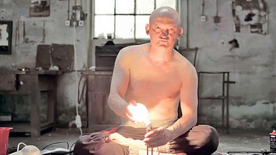 Không những Slavisa miễn dịch với điện, mà còn có  khả năng tạo ra điện thắp sáng bóng đèn, nấu thức ăn