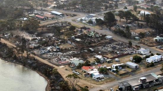 Những ngôi nhà bị thiêu rụi sau hỏa hoạn tại thị trấn Dunalley, bang  Tasmania hiện lên trong một bức ảnh được chụp từ trực thăng hôm 6/1.
