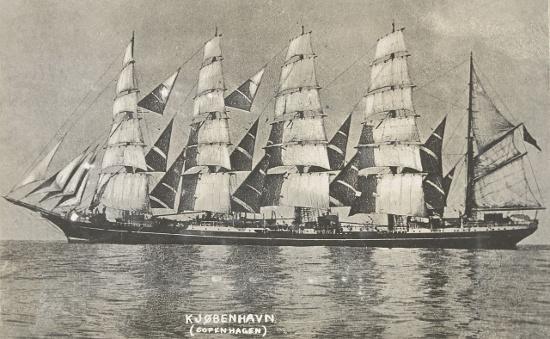 Tàu Kobenhavn nhìn ngang.