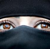 Người mắt nâu đáng tin hơn người mắt xanh?