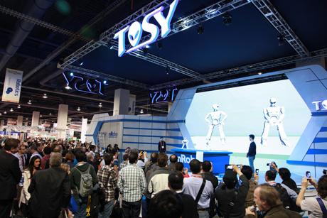 Hàng trăm người theo dõi màn trình diễn của mRobo và DiscoRobo tại CES 2013.