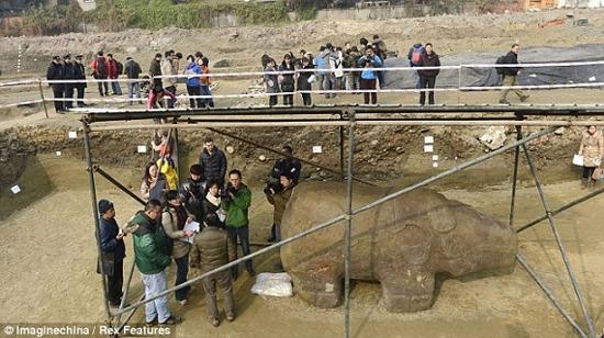 Bức tượng đã thu hút sự chú ý của nhiều người dân và các phương tiện truyền thông