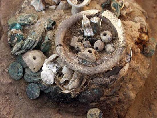 Các kho báu mới phát hiện ở Artezian được xác định được cư dân địa phương chôn  vùi cách đây khoảng 2.000 năm khi bị quân La Mã xâm lược.