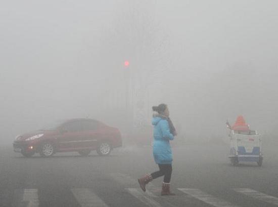 Tầm nhìn ở nhiều nơi tại Trung Quốc giảm xuống dưới 100m do khói mù dày đặc trong những ngày qua.