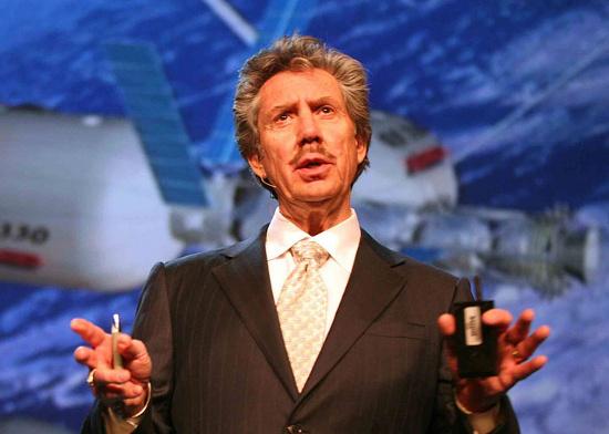 Ông Robert Bigelow bên cạnh mô hình nhà khí cầu cho phi hành gia