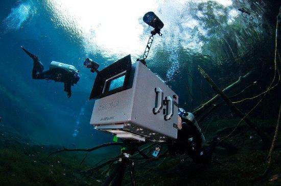 Máy quay phim 3D dưới nước nặng đến 80kg.