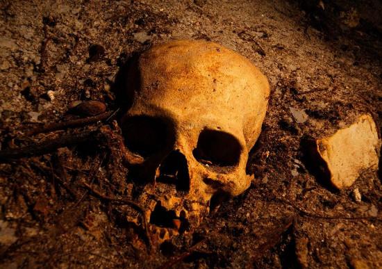Xương sọ người cổ dưới giếng sâu.