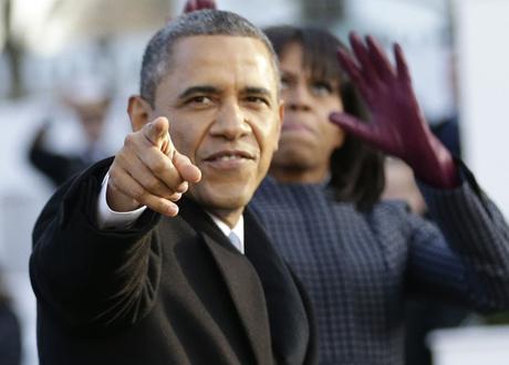 Tổng thống Mỹ Barack Obama chỉ tay về phía đám đông trong lễ nhậm chức nhiệm kỳ hai hôm 20/1