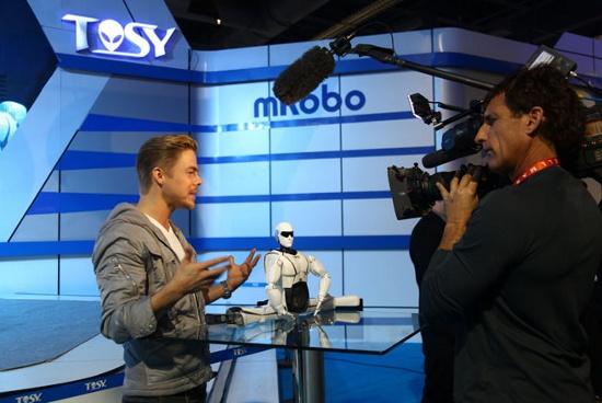Chương trình NBC quay hình ảnh của robot Việt Nam.