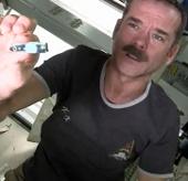 Video: Phi hành gia loay hoay cắt móng tay