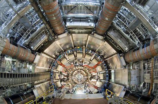 Large Hadron Collider (Máy gia tốc hạt lớn - gọi tắt là LHC) là chiếc máy gia tốc hạt hiện đại lớn nhất và cung cấp gia tốc mạnh nhất trên thế giới.