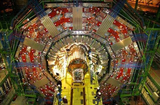 Cần tới khoảng 96 tấn heli lỏng để giữ các nam châm hoạt động ở nhiệt độ 1,9 độ K, khiến cho LHC trở thành thiết bị siêu lạnh lớn nhất thế giới với nhiệt độ của heli lỏng.