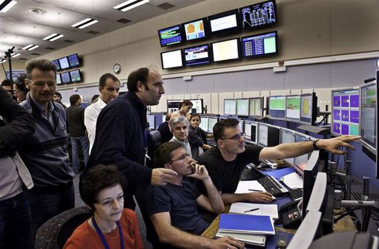 Dự án máy LHC được cung cấp kinh phí và chế tạo với sự tham gia cộng tác của trên 8.000 nhà vật lý của 15 quốc gia cũng như hàng trăm trường đại học và phòng thí nghiệm.