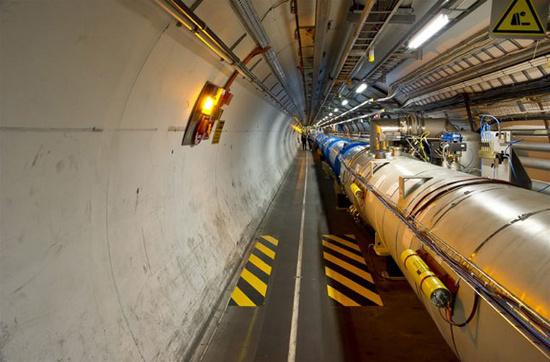 Những tia hạt đầu tiên được dẫn vào trong máy ngày 10 tháng 9 năm 2008, và phải chờ khoảng 6 đến 8 tuần sau đó mới có được các đợt va chạm với năng lượng cực lớn đầu tiên.