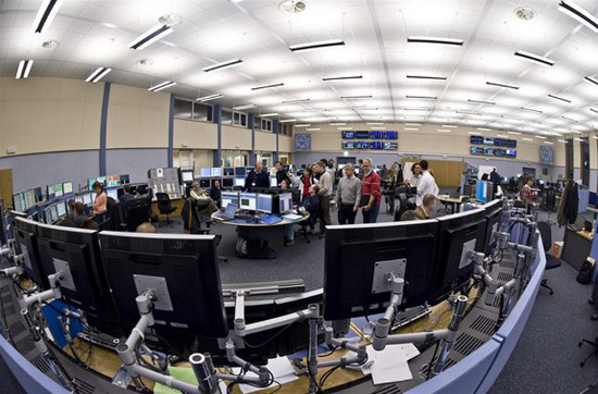 Mặc dù trên các phương tiện truyền thông hay thậm chí tòa án có nhiều thắc mắc về tính an toàn của máy LHC, các nhà khoa học đều đồng quan điểm rằng các thí nghiệm va chạm hạt của chiếc máy này sẽ không gây ra nguy hiểm nào.