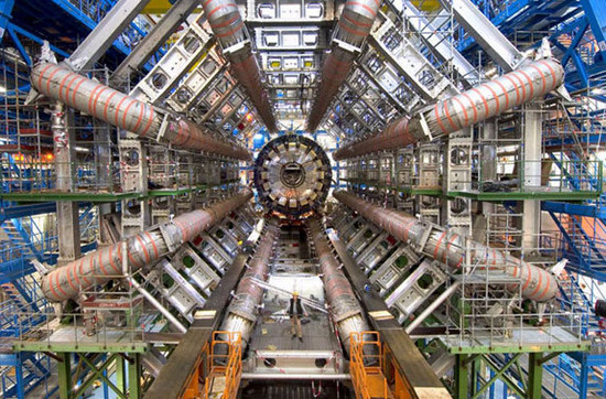 Máy được chứa trong một đường hầm vòng tròn với chu vi 27km, nằm ở độ sâu từ 50 đến 175m dưới mặt đất.