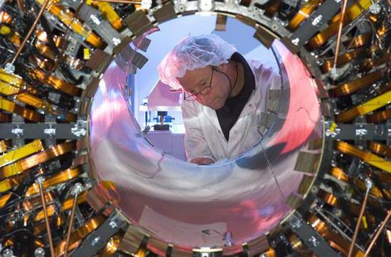 Đường kính hầm là 3,8m, có cấu trúc bê tông, được xây dựng trong các năm từ 1983 đến 1988, nguyên được dùng làm nơi chế tạo máy Large Electron-Positron Collider.